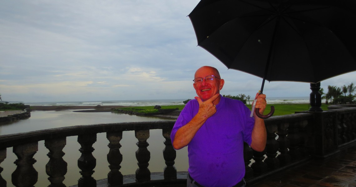 Ed's Filipino 'Cute Smile' in the rain as Las Casas Filipinas
